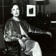 1927<br/>New York interior designer Elsie McNeill Lee sees Fortuny's fabrics hanging in the Carnavalet Museum in Paris and falls in love with them. She travels to Venice to meet with the artist and convinces him she should be the exclusive American distributor of his fabrics.
