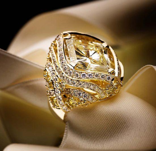 SCAVIA, Anello con diamante Fancy Yellow per oltre 23,00 carati