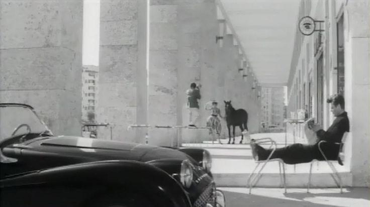 """Marcello Mastroianni sosta nei portici della piazza San Giovanni Bosco. Scena tratta da """"La dolce vita"""", di F. Fellini (1960) ---- #cinema #Roma"""