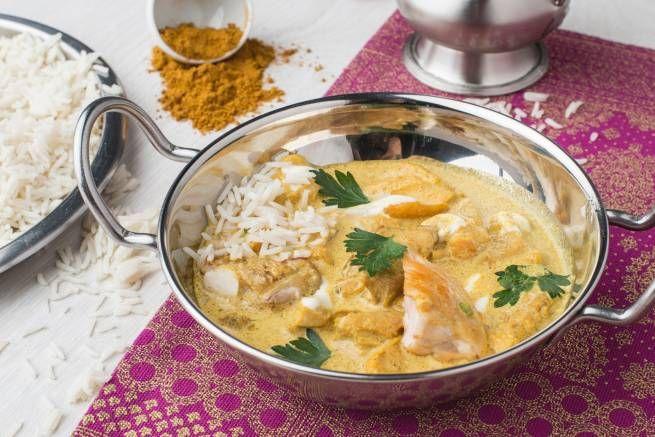 Curry Madrás de Pollo: Curry Indio amarillo con pollo desmigado y jugoso suavizado con la tradicional leche de coco y acompañado por arroz largo.