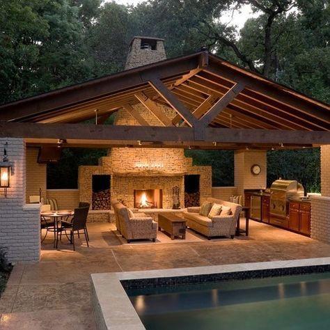 Pool House und überdachte Außenküche, Kamin und Sitzgelegenheiten   – Garten
