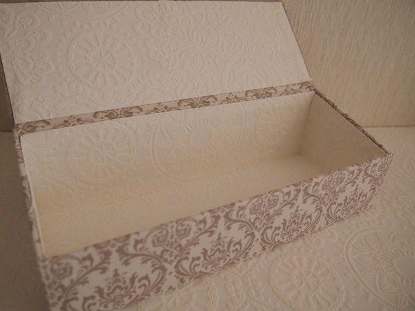 試作品 「カトラリーケース」蓋付き、蓋無しどちらも何個か作りましたがシャルニエールタイプは初めてかな…高低差を付けてみましたSTOF社の刺繍リネン、蓋にちょうど入りました~松尾捺染さんのダマスク柄ととても合うなぁエンボスで少しラインも入れて摘みはアンティーク色の丸カン内側はサッと拭ける壁紙、白だけど大丈夫!DAISO のクリアケースがぴったり入るサイズです...