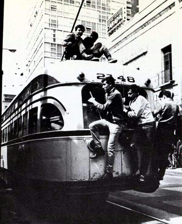 Viajando de mosca en un trolebus,  en alguna calle de la Ciudad de México.