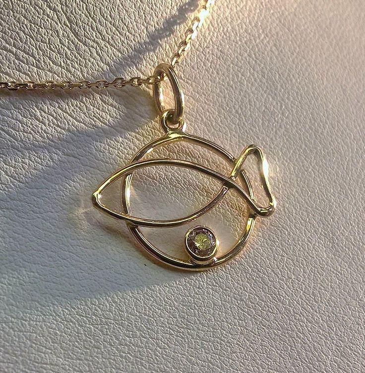 Truscelli Joailliers Comme une dorade parée d'or et pierre précieuse! Or jaune et diamants brun, dans notre boutique