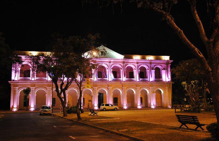 O Cabildo de Assunção, no Paraguai, iluminado à noite © leandrociuffo #Paraguai #momondo