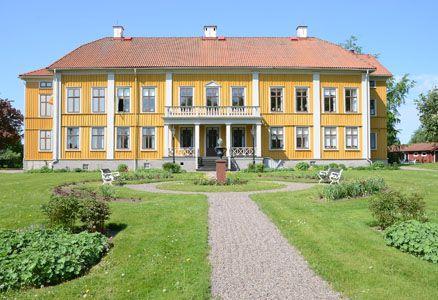 Den ståtliga mangårdsbyggnaden uppfördes, enligt gustavianska ideal, mellan åren 1792–1796 som en representativ bostad och arbetsplats för  stiftets biskop och domkapitel. Foto: Pernilla Andersson