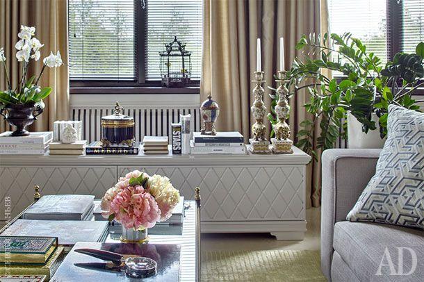 Основой воздушного европейского дизайна сделаны нежные оттенки. Текстиль для гостиной выбран в магазине Deluxe Home Creation, аксессуары – в галерее Charles Cameron.