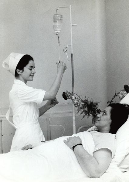 Une infirmière de la Croix-Rouge française dans les années 60 - © George Le Rouge - CRF  Les Sanatoriums seront très actifs entre 1920 et 1970. Ceux-ci deviendront des centres de soins à partir de cette date. Notamment pour les enfants polyhandicapés