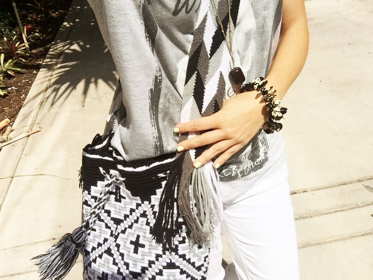 Black and white: a timeless combination! Get the look with our Kashi #Wayuu bag, our Esin kidney beans bracelet and our Gürcan #necklace! #Fashion