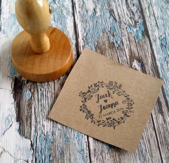 Piękny stempel ślubny - Wasze imiona w otoczeniu roślinnego wianuszka. Uroczy dodatek do ślubnej papeterii :)  Do kupienia w sklepie internetowym Madame Allure.