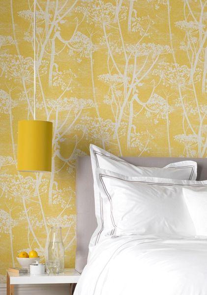 Ein gemusterte Tapete bringt nicht nur Farbe, sondern auch Muster ins Schlafzimmer. Wir entscheiden uns dieses Jahr für ein fröhliches Gelb. Die Couleur macht happy und gehört zu den schönsten Trendfarben 2016.