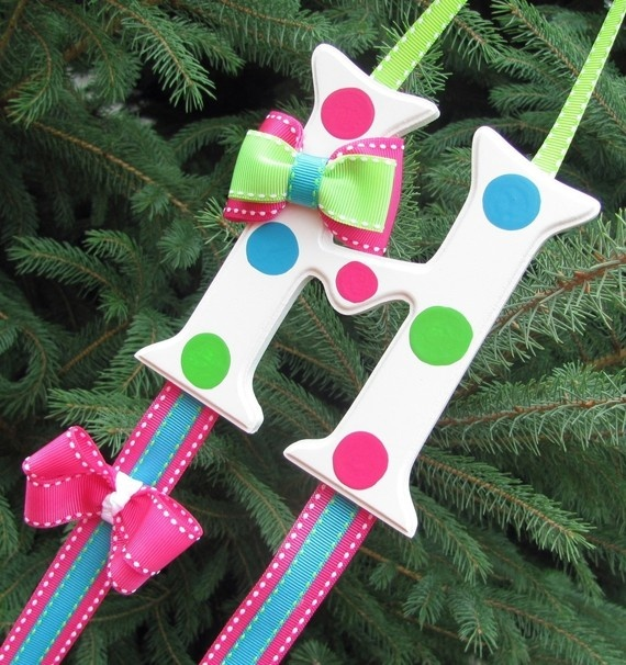 Hairbow holder... this looks pretty easy to make. Would be a good gift idea for a little girl.