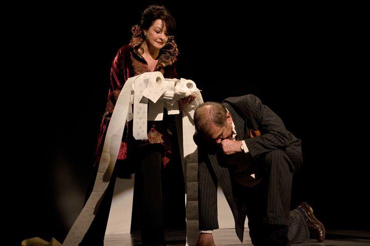 Żona króla Leara. Czarna komedia. to spektakl o bezrobotnym aktorze, upokarzanym nieustannym chodzeniem od castingu do castingu. Podjęty trud nie daje jednak efektu w postaci roli. - See more at: http://spektakl.org/2012/04/27/zona-krola-leara-czarna-komedia/#sthash.LQVYhHIt.dpuf