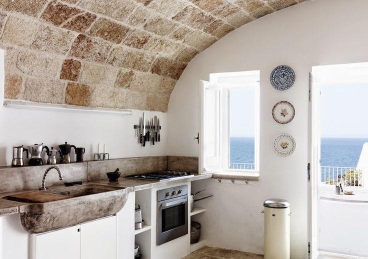Cocina-de-diseno-arquitectuea-techo-abovedado-edificio-antiguo