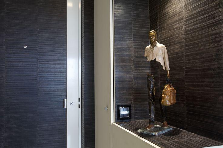 Une touche d'art dans cette entrée d'appartement masculin by Michele Boni Interior designer www.michele-boni.com