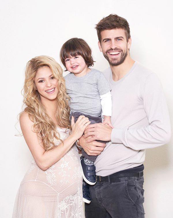 Al salir de la Antiga Fàbrica Estrella Damm, Shakira y Gerard Pique hicieron una parada para tomarse una selfie con una de sus admiradoras.