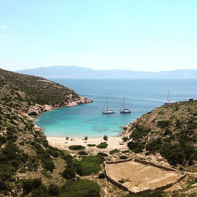 Enjoy the calm vibes on this relaxing beach , at Heraklia island ( Ηρακλειά ) ☀️. Very tiny island part of the small Cyclades islands but with a lot of beauties !