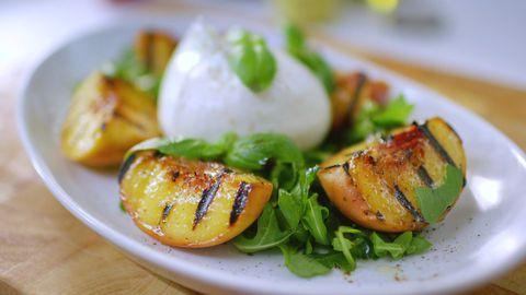 Sallad med grillad persika, burrata och basilika | SVT recept