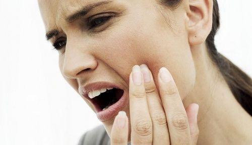 10 rimedi naturali per calmare un forte mal di denti