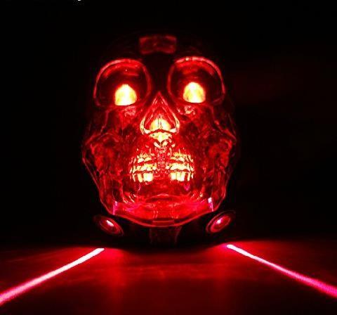 Ihr wollt mal was richtig cooles schenken? Wie wäre es dann mit diesem Totenkopf Fahrrad Rücklicht mit 5 LEDs und Laser Spur? Dabei erzeugen zwei Laser zwei Lichtstreifen neben dem Fa…