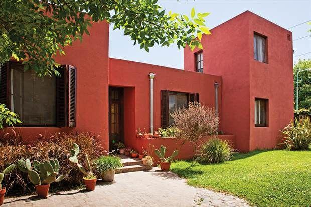 Los exteriores están hechos en Tarquini de un color terracota que recuerda la arquitectura de La Rioja, donde creció la dueña de casa.