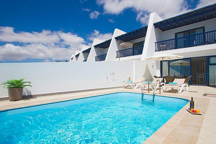 Description: Uitkijkend over je privé zwembad naar de oceaan heerlijk relaxen bij het geluid van de golven dat is vakantie in Villa's Cortijo Mar In Villa Cortijo Mar geniet je van rust en ruimte Ben je ook zo toe aan wat rust en ruimte om eens helemaal te ontstressen? Dan zit je in Residencial Cortijo Mar prima op je plek. Dit bungalowcomplexje ligt aan de rand van de rotsen daar waar het eiland Lanzarote ophoudt en de hele Atlantische Oceaan aan je voeten ligt. Je zult er vast heerlijk…