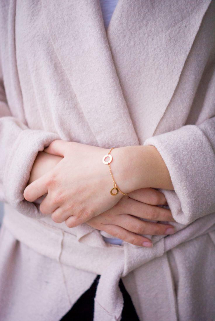 Pozłacana bransoletka z dwoma kółeczkami - delikatna, minimalistyczna biżuteria od Mocca loca