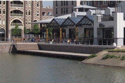 Geen referentie voor de bouw, maar wel een mooie kade/plein aan het water? Bij horecagelegenheid?