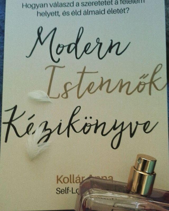 Új beszerzés :) hogy mi a csuda az a Self-Love Coach? Majd ebből a könyvecskéből megtudjuk: legyünk mi is istennők! 👑👒👗👠 #kolláranna #selflovecoach #modernistennőkkézikönyve #mutimitolvasol👆📚 #bookstagram