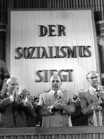 Chruschtschow, Ulbricht und Grotewohl 1958 auf dem SED-Parteitag   Bild: picture-alliance/dpa