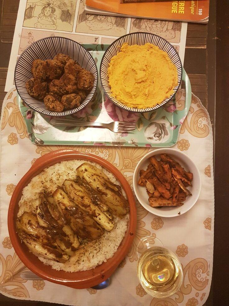 Endives braisées au lait de coco sur riz au citron/hoummous carottes/Boulettes millet + champignons/frites de patate douce au paprika