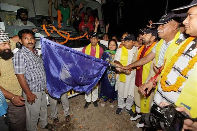 Amarnath yatra begins, first batch of 1280 leaves for cave shrine