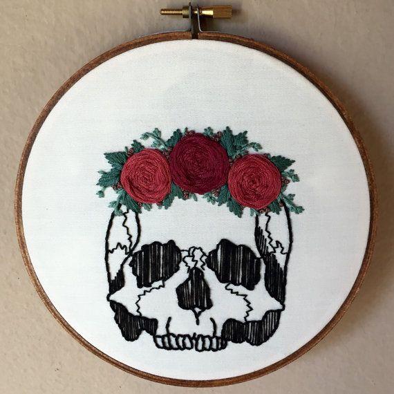Cráneo humano con flor color de rosa corona mano por MoonriseWhims