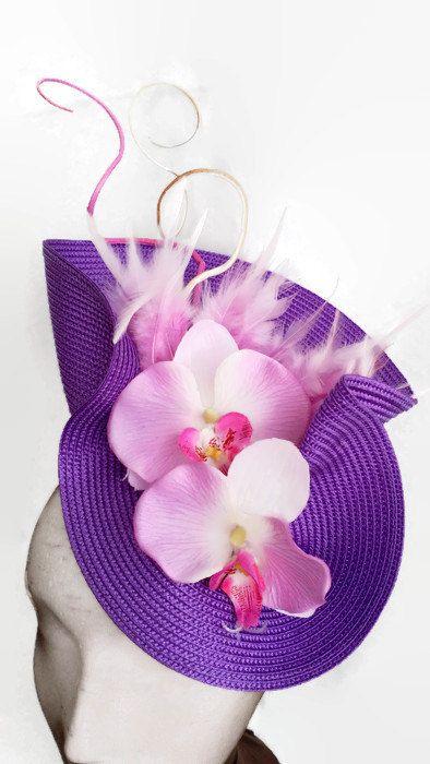 Maravilloso tocado morado con orquideas de color malva que aportan un toque elegante y romántico. Kentucky derby attire