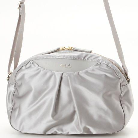 光沢感のあるサテンナイロン生地をふっくらとさせたシルエットで女性らしいバッグです。 口元の革部分が外ポケットになっています。 他に大/小サイズのトートバッグがあります。[型番:M072VN85]のHS05-03を買うならマルイの通販サイト「マルイウェブチャネル」で![TO403-097-44-01]