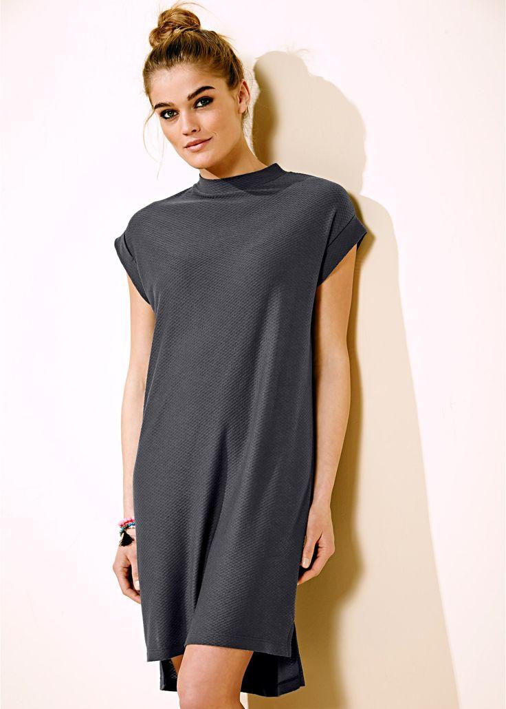 Bekijk nu:Elegante jurk van gestructureerd materiaal met korte mouwen en modieuze, opstaande kraag. Heel mooi bij een leren jack.