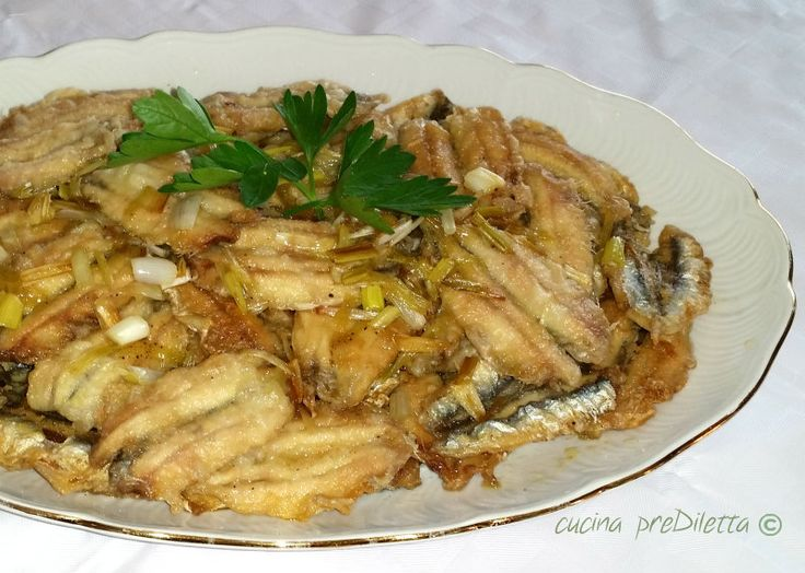 Le alici fritte in agrodolce vanno servite a temperatura ambiente e possono essere proposte come secondo piatto o come antipasto di mare.
