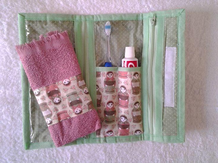 Necessaire para higiene bucal, parte interna de plástico que evita umidade…
