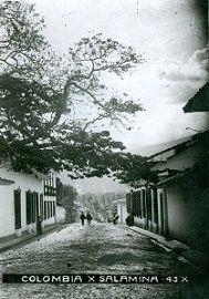 Espectacular vista de la Calle Colombia, Medellín antigüo Siglo XIX. ¿Sabías que.. En 1913 era una de las mejores zonas para el comercio? Cuantas historias DeArchivo