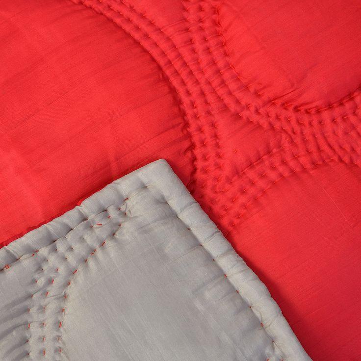 les 25 meilleures id es concernant couvre lit rouge sur. Black Bedroom Furniture Sets. Home Design Ideas