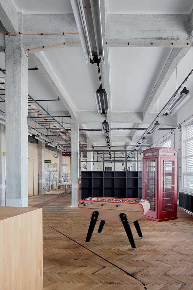 Stará výrobní hala byla zbavena nánosů času, odkryly se nosné betonové konstrukce a zrepasovala původní parketová podlaha.