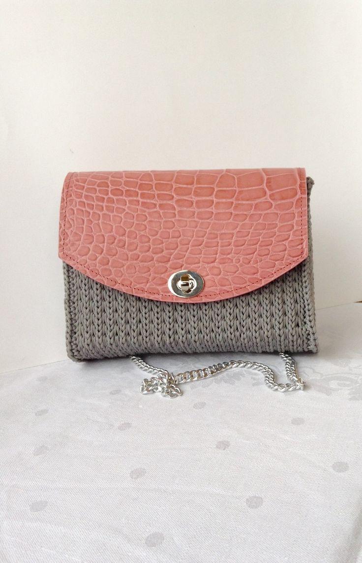 Deliziosa pochette lavorata su rete con cordino grigio perla e patella in vera pelle rosa : Borsette di bags-dream-team
