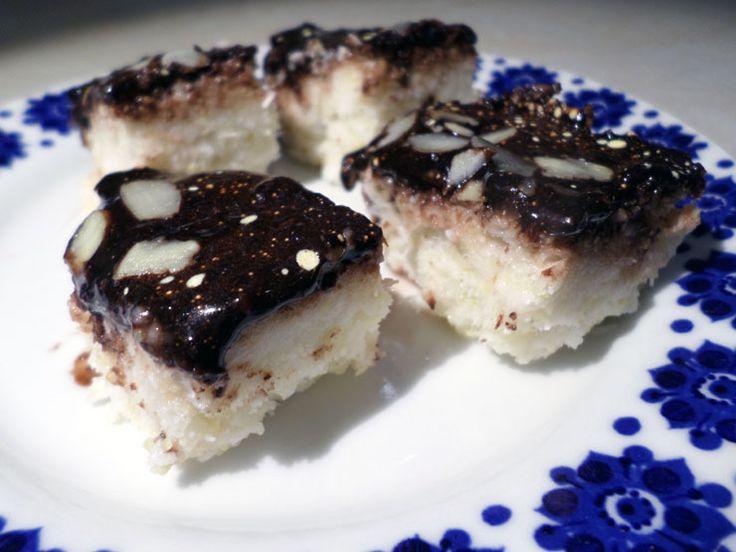 Pyszne bezglutenowe bounty kokosowo-jaglane. Ciasto jest bez jajek i bez mleka zwierzęcego. Bounty jest łatwe w przygotowaniu i ciasto nie wymaga pieczenia.