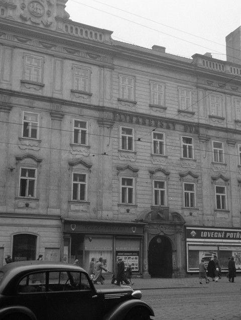 Palác Porgesů z Portheimu (566) • Praha, 1958 •   černobílá fotografie, Národní třída, doprava, ruch, lidé  • black and white photograph, Prague 