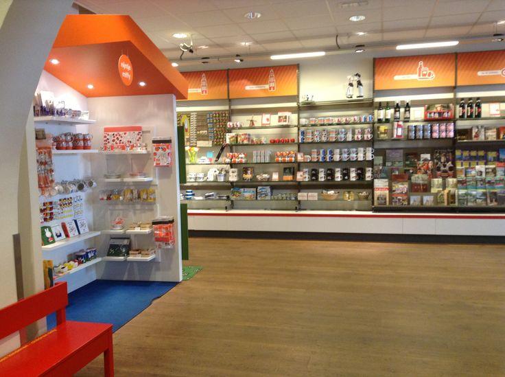 """De huisstijl van """"VVV"""" informatie bureau geven toeristen een warm gevoel, met typisch Nederlands oranje kleuren en veel soort souvenirs."""