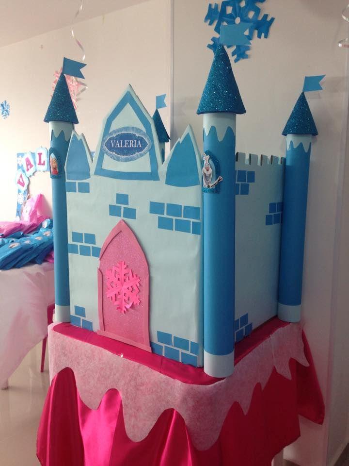 Castillo inspirado en frozen hecho de una caja y tubos de cartón. Forrado en cartulina y un poco de Foami