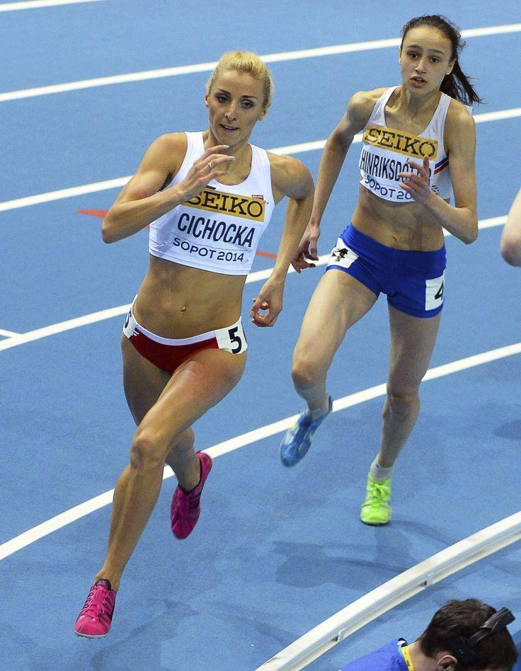 La atleta polaca Angelika Cichocka (izq) y la islandesa Anita Hinriksdottir compiten en una de las series clasificatorias de los 800 metros en los Mundiales de atletismo en pista cubierta disputados en el estadio Ergo Arena de Sopot.