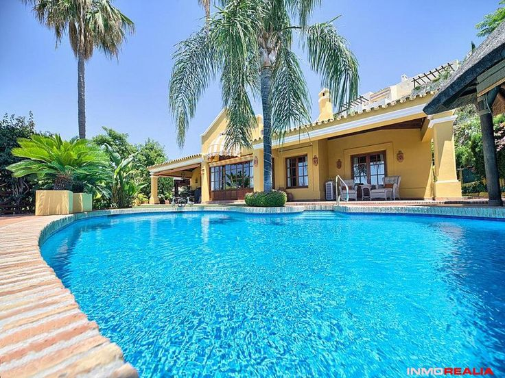 Beautiful house with magnificent sea, golf and mountain views. Puerto del Almendro, Benahavis, near the archers golf and Montehalcones. It has a plot of 1,045 m2. House of 322 m2 + 100 m2 of terrace. Wooden chiringuito next to the swimming pool. 4 bedrooms and 4 bathrooms, toilet. Fully equipped kitchen. Garage for 2 cars. Climatized pool. Air conditioning cold heat. Gas heating.