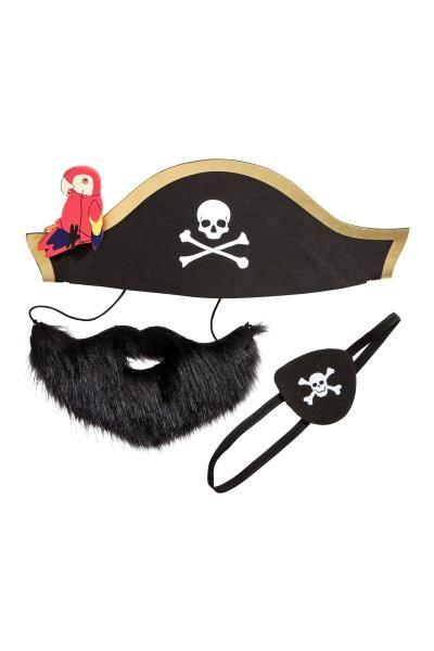 Panoplie de pirate: Panoplie de pirate comprenant trois pièces. Un chapeau de pirate en mousse plastique avec perroquet amovible. Un cache-œil en mousse plastique avec bande élastique et motif imprimé. Une fausse barbe avec bande élastique.
