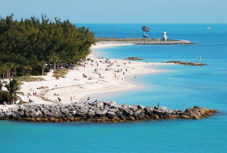 Key West, Estados Unidos ...  Os Estados Unidos também têm cidades no Caribe. Uma delas é Key West, um dos locais de onde saem muitos dos navios que exploram as ilhas e praias da região. Além das praias, Key West é um bom lugar para quem gosta de literatura, pois lá fica a casa do escritor Ernest Hemingway.
